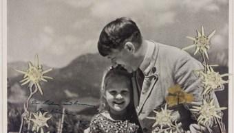 Subastan foto de Hitler abrazando niña de ascendencia judía