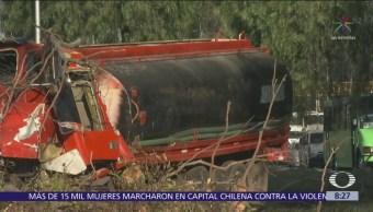 Pipa de agua vuelca sobre calzada Ignacio Zaragoza