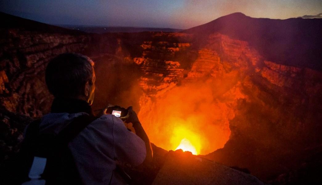 Al interior del cráter del Volcán Masaya se puede observar la lava y el material incandescente (AP Images)