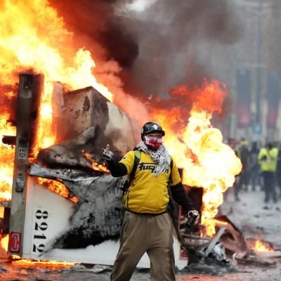 Enfrentamientos y detenidos durante protestas por alza de gasolina en París, Francia