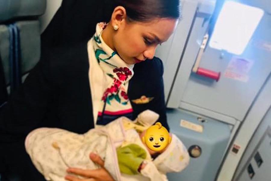 Asistente vuelo amamanta bebé hambriento pasajera