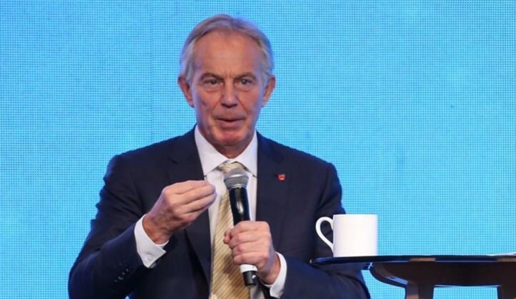 Tony Blair visita México y asegura que las consultas populares no son buenas