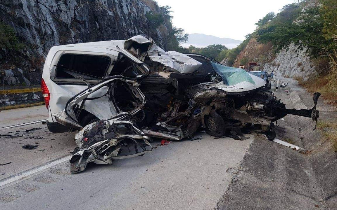 Choque de camioneta y tractocamión deja 5 muertos