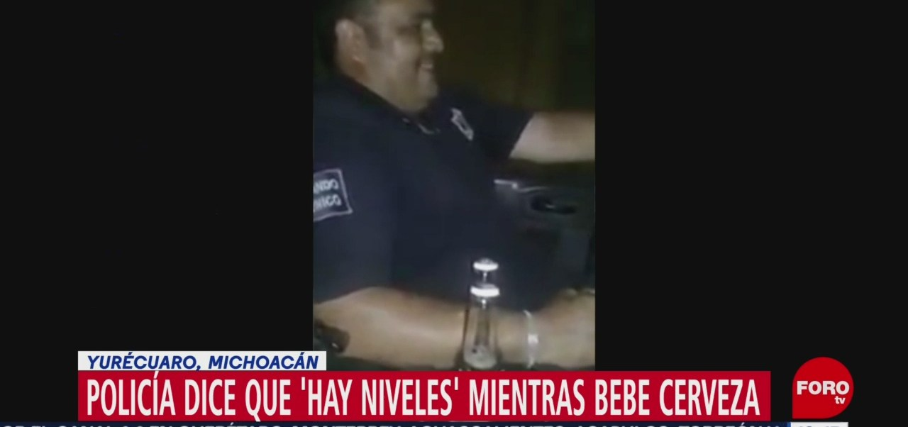 Captan a un policía 'echando trago' en Yurécuaro , Michoacán