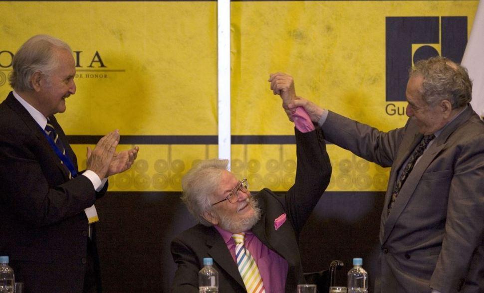 El escritor mexicano Fernando del Paso es felicitado por el escritor colombiano Gabriel García Márquez