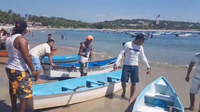 Puerto Escondido; realizan la primera carrera de cayucos