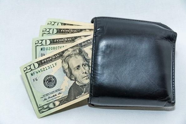 El peso gana 14 centavos; dólar se vende en 20 47