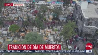 Decoran tumbas con flores en Mixquic por Día de Muertos