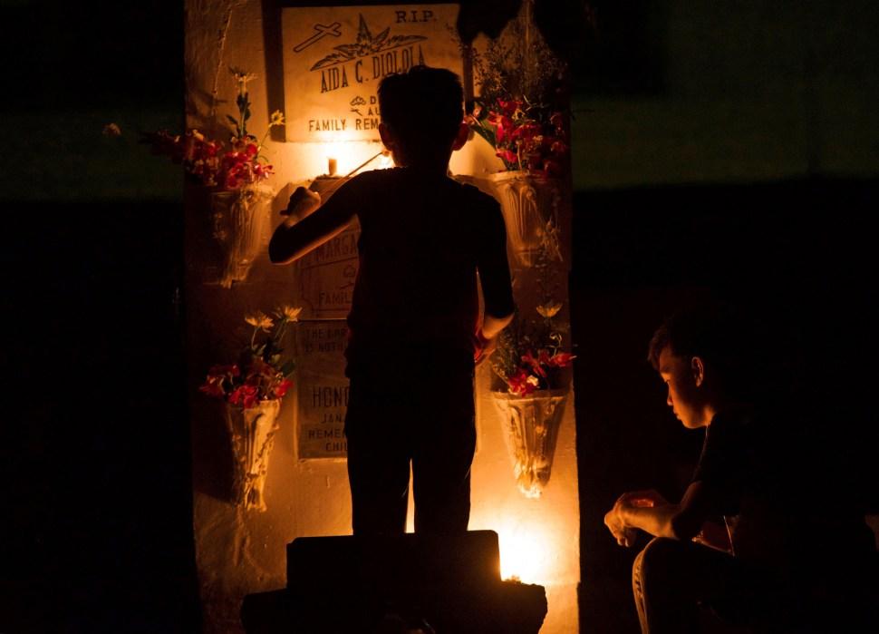 Millones recuerdan a sus muertos en cementerios de Filipinas