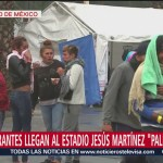 Donan ropa a migrantes en Estadio Jesús Marinez 'Palillo', CDMX