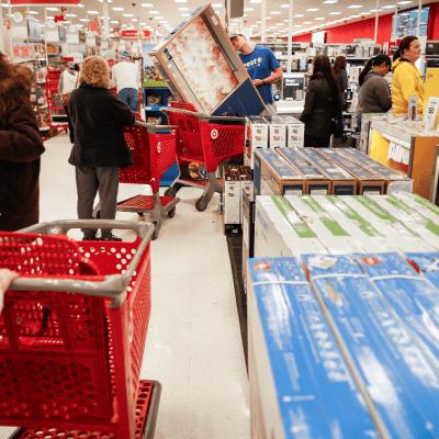 Llega el 'Black Friday' a EU; millones de personas se unen a la fiebre consumista