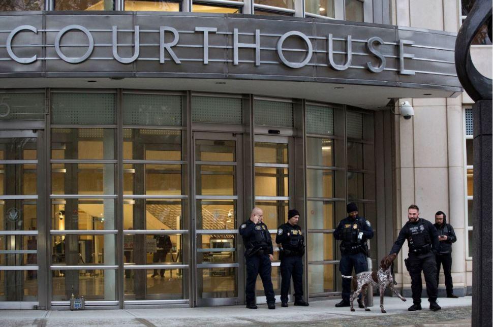 El Departamento de Seguridad Nacional de EU tiene personal de élite esperando a la puerta de la Corte Federal de Brooklyn, en Nueva York (AP Images)