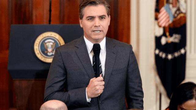 CNN demanda Casa Blanca por revocar credencial a periodista