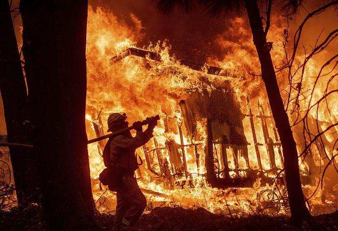 Suman 42 muertos por incendio forestales en California