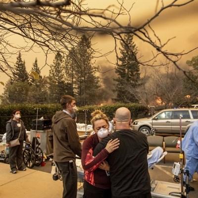 Evacuan a miles por incendio forestal en California
