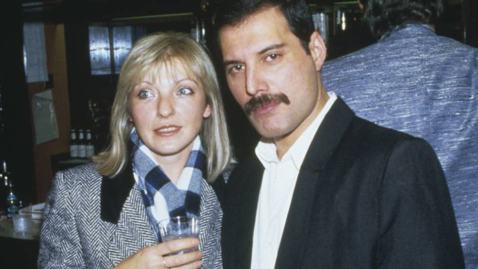 Freddie Mercury, con su amiga (y posterior heredera) Mary Austin, en el Royal Albert Hall de London en noviembre de 1985 (GettyImages Archivo)