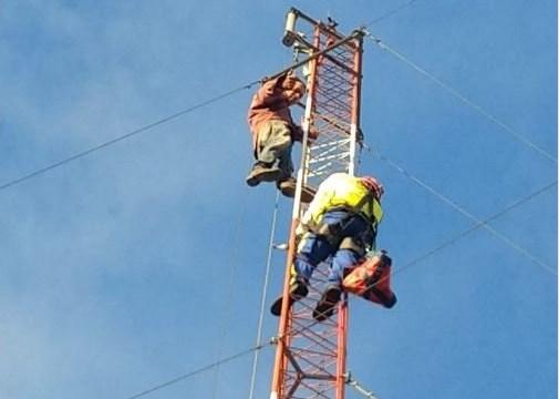 Hombre sube a antena en el centro de CDMX
