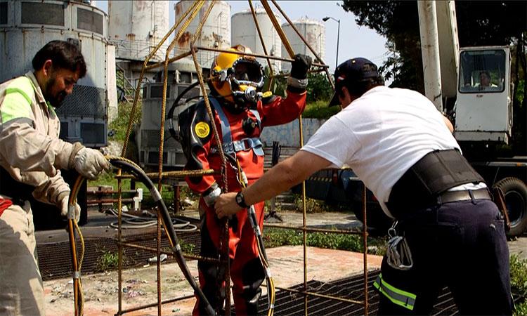 Julio César se prepara para una inmersión en una coladera, labor que realiza dos veces al mes (UnoTV)