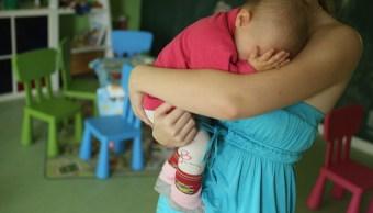 Cuidar a dos niños cansa más que trabajar, revela estudio