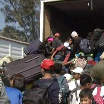 Migrantes abordan tráiler para seguir su camino a Querétaro