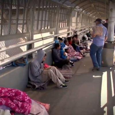 Migrantes centroamericanos esperan en cruces internacionales de Ciudad Juárez, Chihuahua