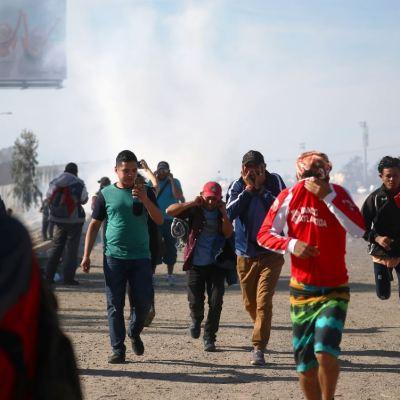 Policía fronteriza de Estados Unidos lanza gas lacrimógeno a migrantes