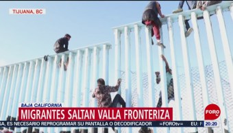 Migrantes Centroamericanos Saltan Valla Fronteriza Tijuana
