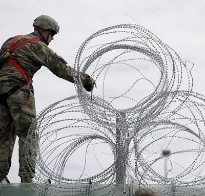 Militares de EU refuerzan seguridad en Texas por caravanas de migrantes