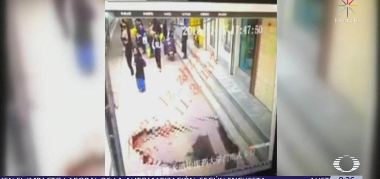 Mujer cae a un socavón en China