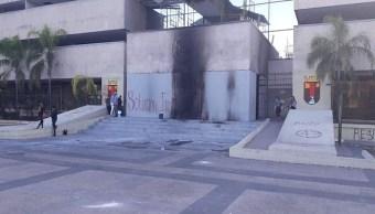 Normalistas Chiapas; vandalizan el Palacio de Gobierno