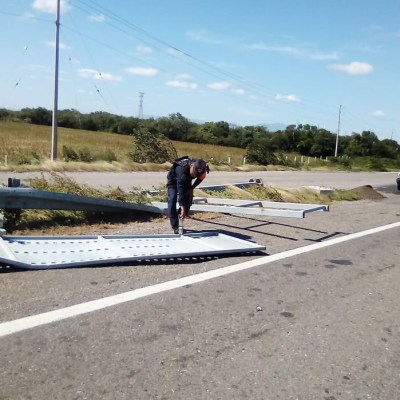 Restringen paso de vehículos en La Ventosa, Oaxaca, por fuertes vientos
