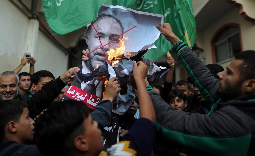 Renuncia el ministro israelí de Defensa por tregua en Gaza
