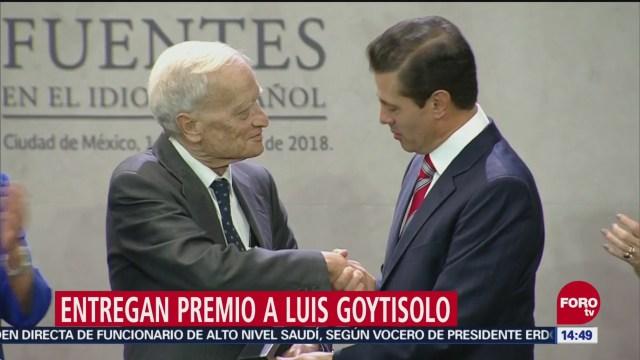 Peña Nieto entrega premio 'Carlos Fuentes' al escritor Luis Goytisolo