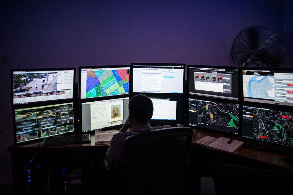 Policías de Chicago también pueden acceder a una base de datos que da puntajes a personas con mayor posibilidad de realizar un disparo con armas de fuego (Bloomberg)