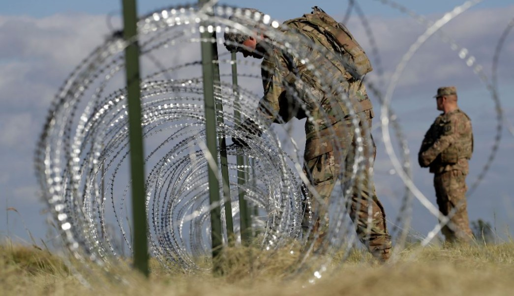 Militares de EU colocan alambre de púas en Nogales por caravana de migrantes