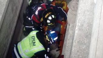 Rescatan a mujer que cayó a una cripta de tres metros