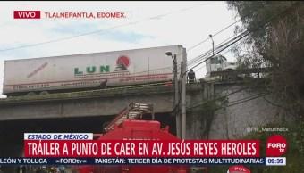 Retiran tráiler que colgaba de puente en Tlalnepantla, Edomex