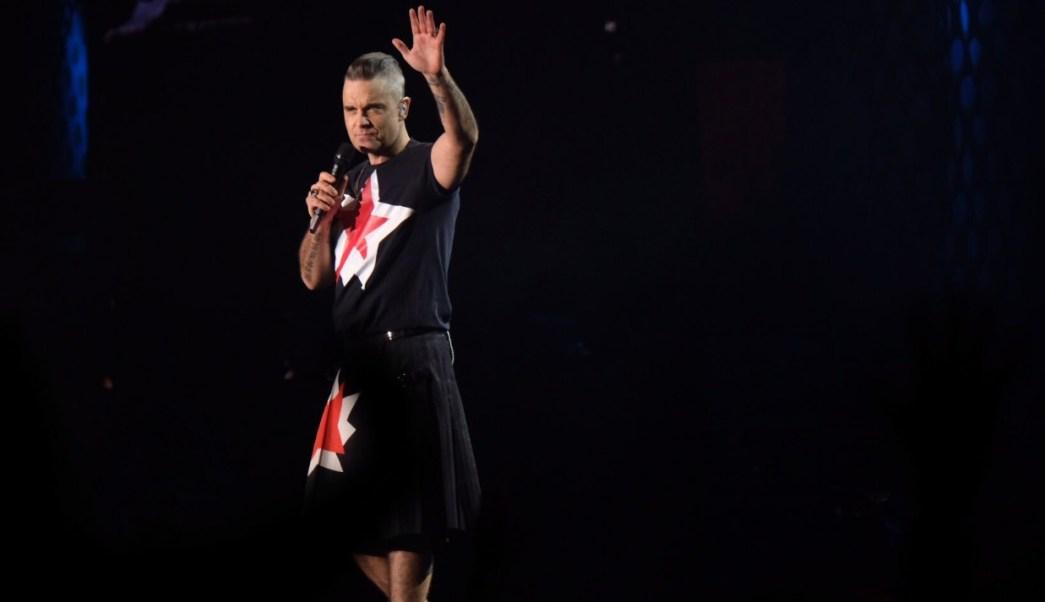 Robbie Williams rinde homenaje a su padre y llena al público