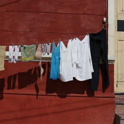 Video: Obliga a su hija a lavar la ropa a mano por reprobar año