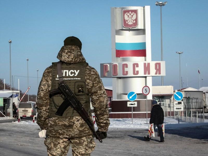 Ucrania restringe acceso a rusos de entre 16 y 60 años