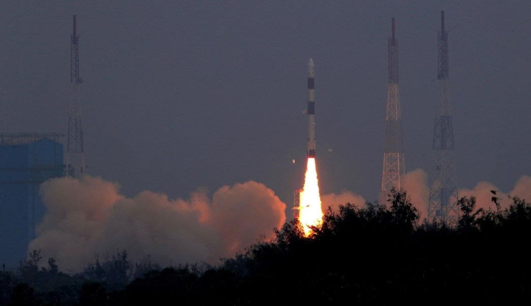 India lanza con éxito en un solo cohete 31 satélites