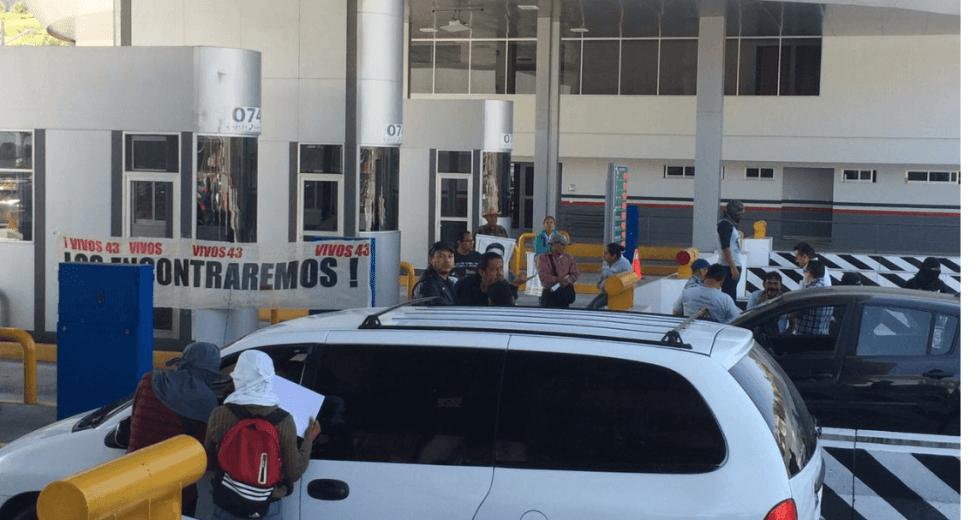 Toman caseta en la autopista México Cuernava. (Noticieros Televisa)
