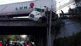 Tráiler en puente por caer en Reyes Heroles, Tlalnepantla
