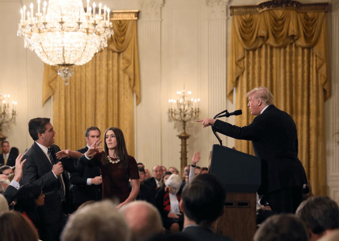 Trump confronta a periodista durante rueda de prensa. (Reuters)