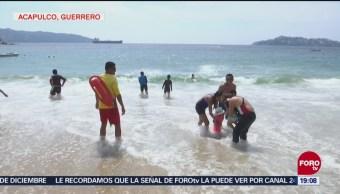Turistas Disfrutan Playas De Acapulco Durante Puente Día De Muertos