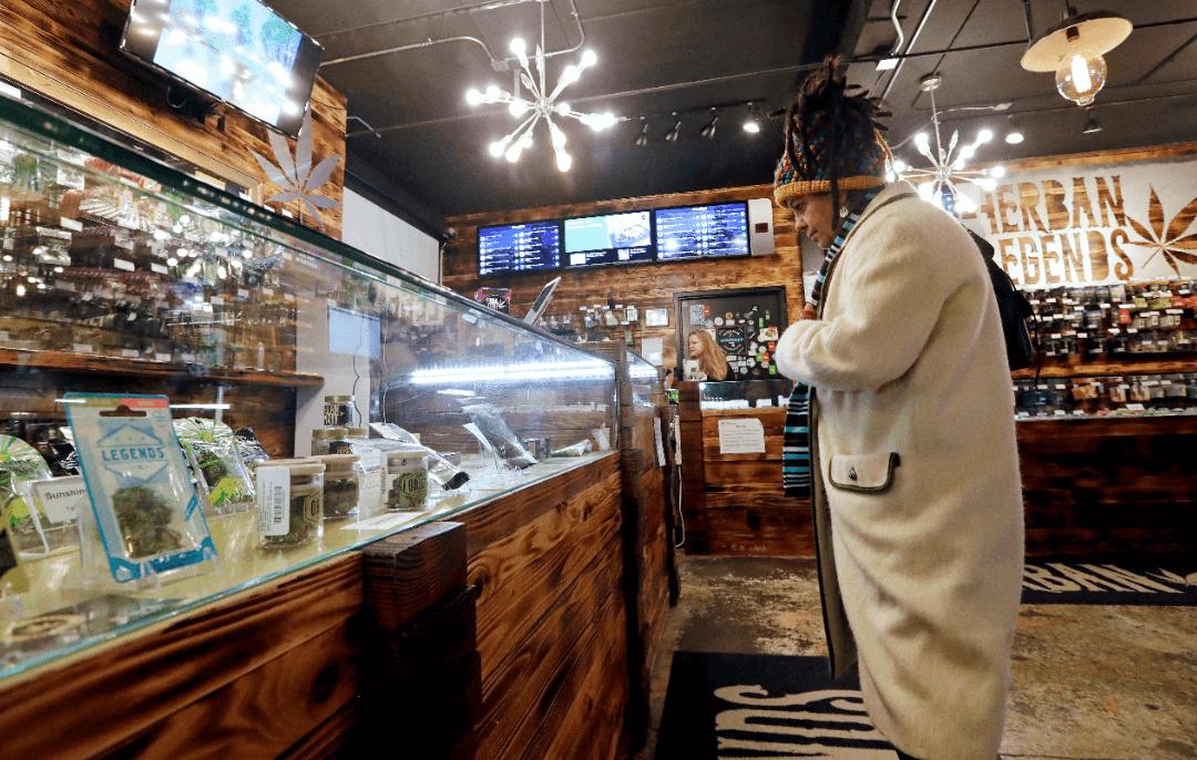 Una mujer compra productos en una tienda de marihuana en Seattle. (AP, archivo)