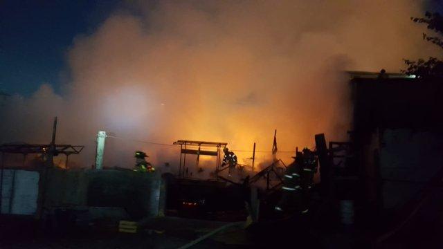 Vientos de Santa Ana propagan incendio en Tijuana