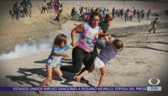 Viral, foto de madre y gemelas huyendo de gases lacrimógenos en Tijuana