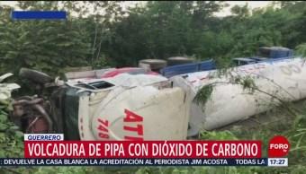 Vuelca pipa en carretera de Guerrero