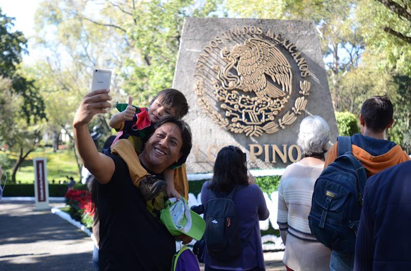 los pinos recibe 30 mil visitantes durante primer dia abierto al publico